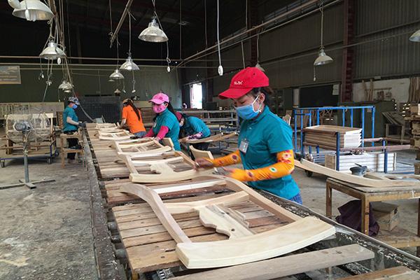 """Nhiều thách thức khi đưa Việt Nam trở thành """"công xưởng"""" sản xuất đồ gỗ của thế giới xk go"""