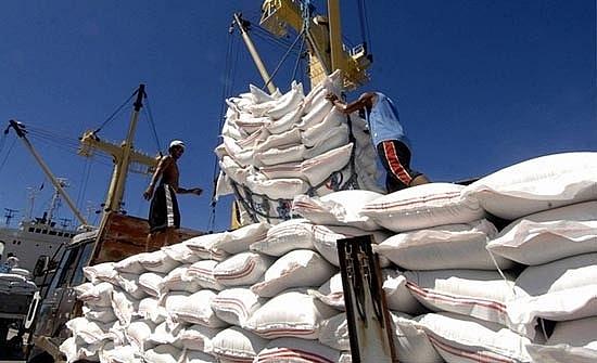 Xuất khẩu gạo tăng về khối lượng nhưng giảm mạnh về giá trị xuat khau gao tang ve khoi luong nhung giam manh ve gia tri