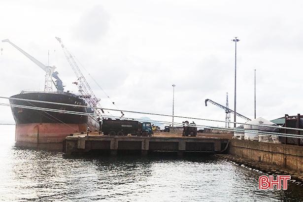 Kim ngạch xuất khẩu dăm gỗ qua cảng Vũng Áng đạt gần 51 triệu USD 140d1085237t9500l9 106d6101636t23763l0