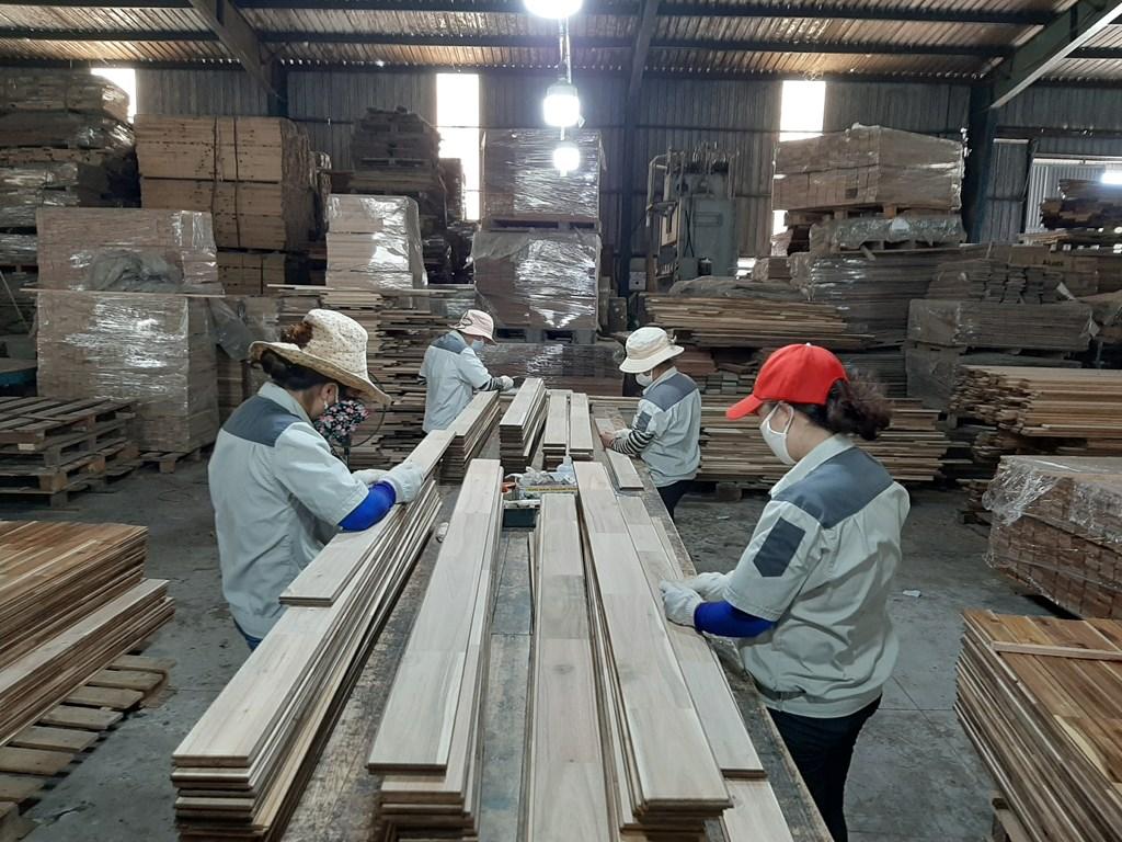 Doanh nghiệp gỗ duy trì sản xuất, đáp ứng đơn hàng cuối năm 20200717 104231